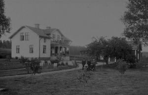 Kimarps gård som byggdes i början på 1900 och gamla stugan från 1886