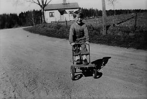 Kimarpsvägen 22 ca 1940, när denna bild togs var inte Tranås Snickerifabrik byggd, det syns inga byggnader i bakgrunden.