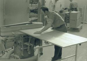 Finputsning av bordsskiva Josef Tingåker 1965