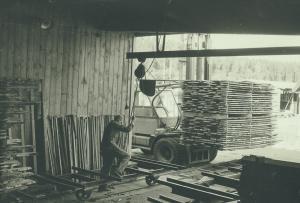 Ingvar Göransson gör klart för inkörning till torken mot väggen står ströet som används för att luften skall cirkulera. 1965