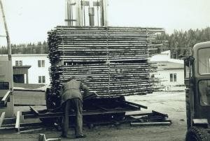 Ingvar Göransson lastar på vagnen som ska in i torken. 1965