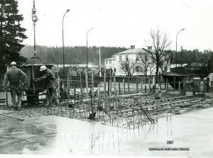 Dags för gjutning av första planet i bakgrunden huset där Björn Carlsson bodde och starx där bakom syns virkesupplag från Kimarps Såg.
